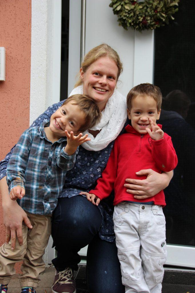 Eine Kinderdorfmutter mit zwei Kindern