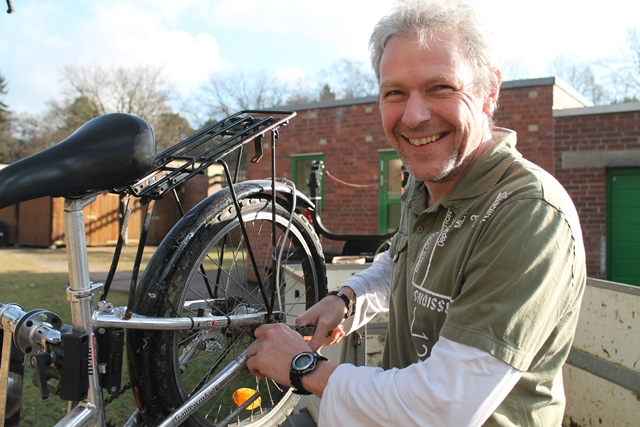 Pädagoge mit Fahrrad