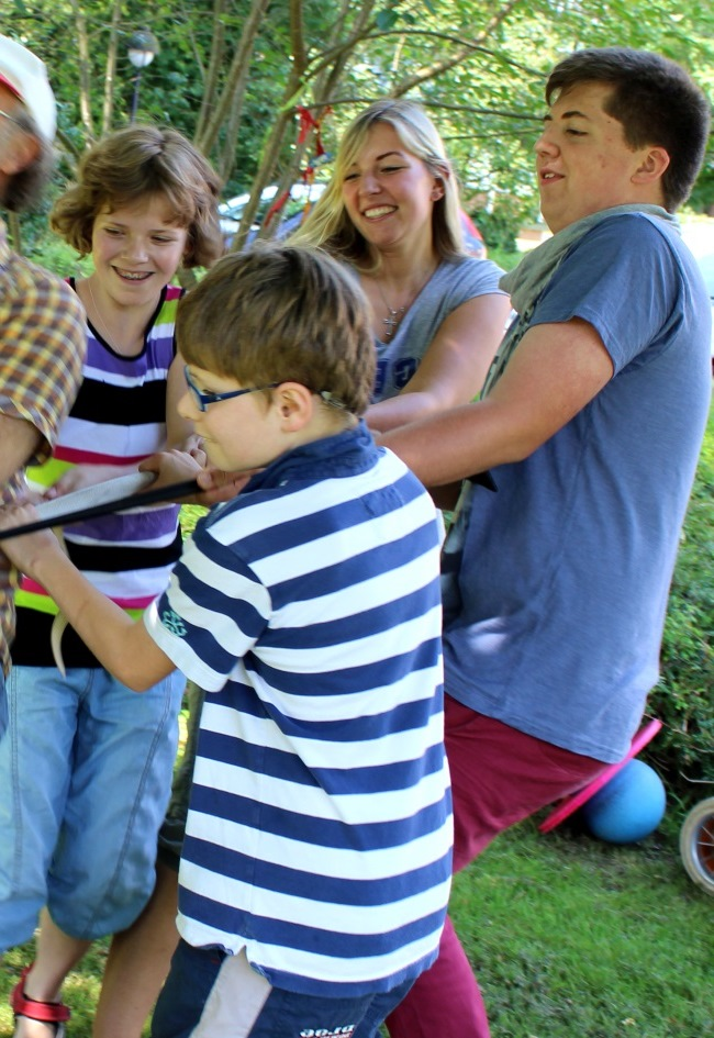Kinder ziehen an einem Seil