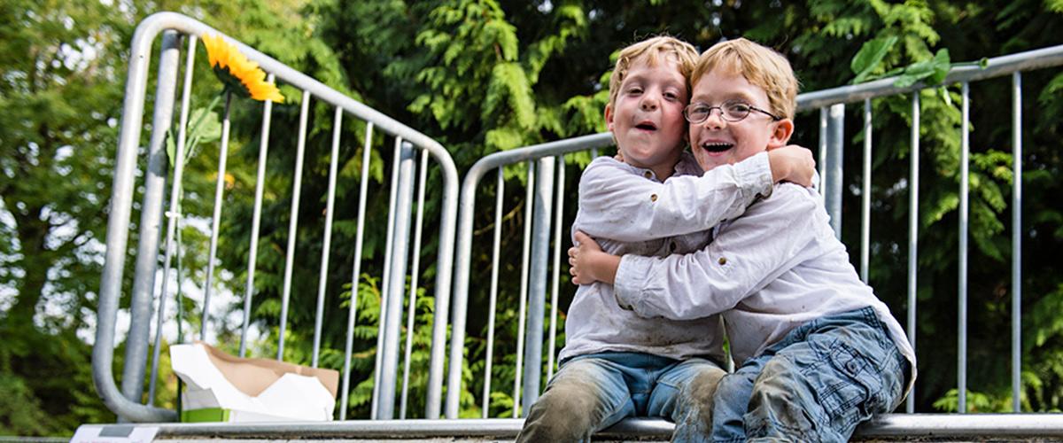 Zwei Jungs umarmen sich auf Spielgerät