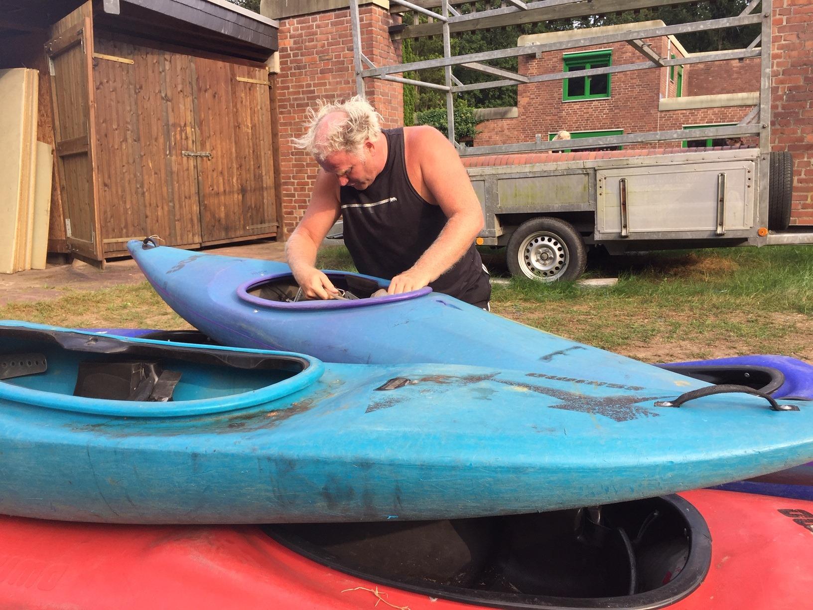Ein Erlebnispädagoge arbeitet an einem Kanu
