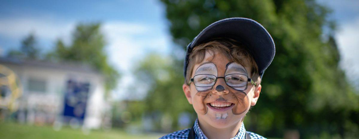 Kind in der Erlebnispädagogik mit geschminktem Gesicht
