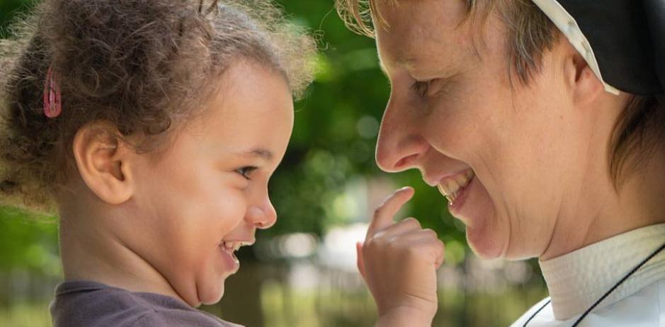 Fernsehnonne mit Kind: Schwester Jordana