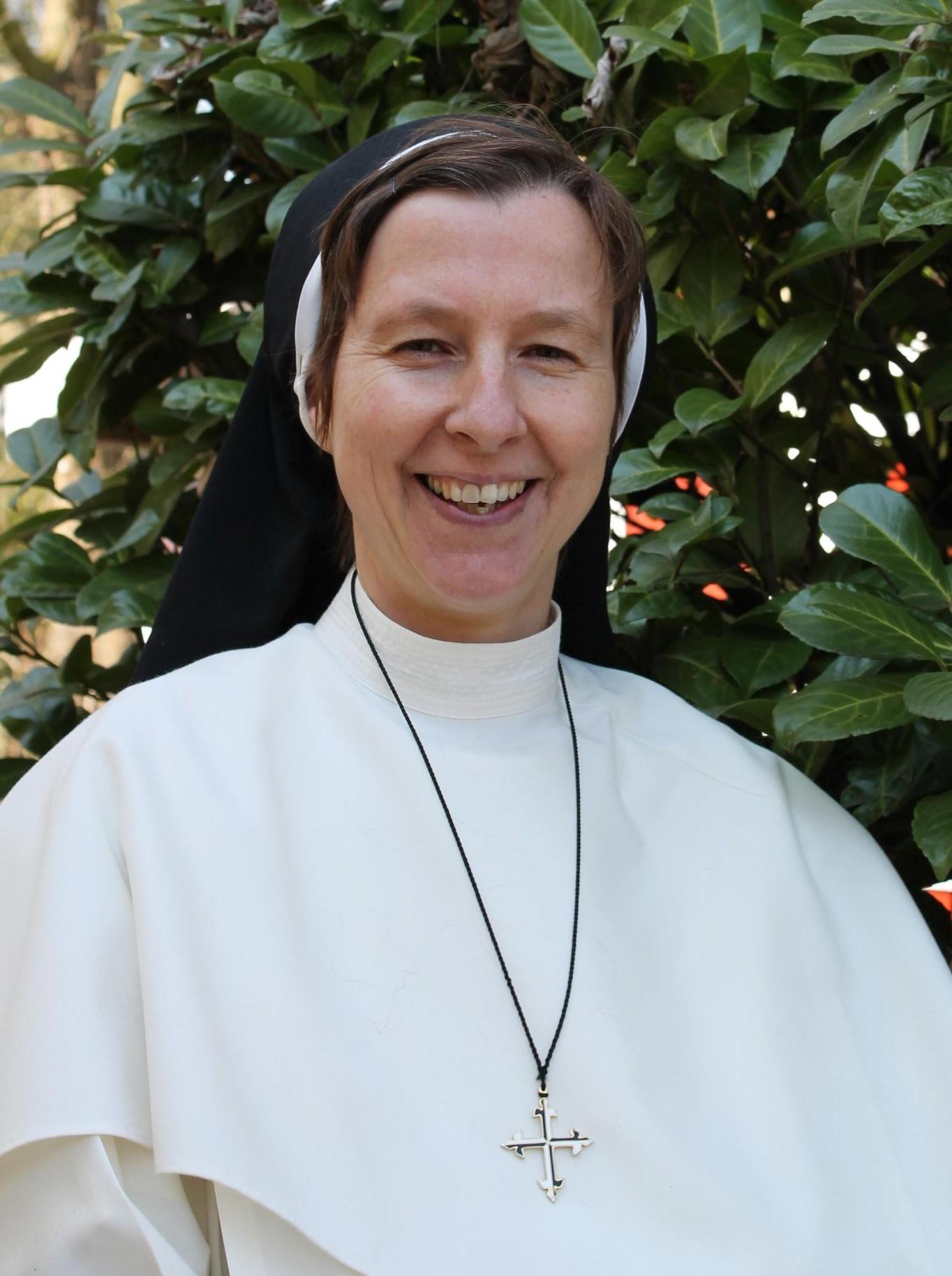 Dominikanerin und Kinderdorfmutter im Habit Schwester Jordana