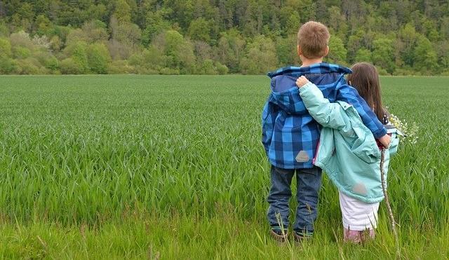 Zwei Kinderdorfkinder auf einer Wiese